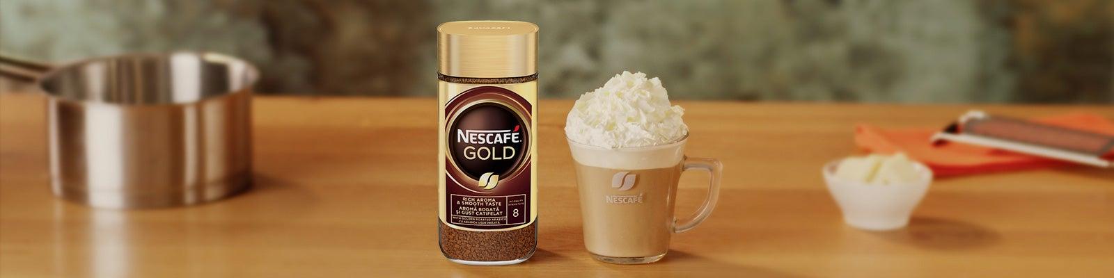 нескафе голд и стъклена чаша кафе бита сметана