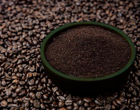 Granos de café y café molido de Nescafé tueste oscuro