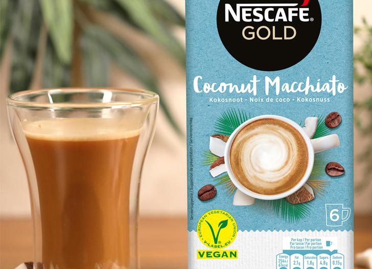 Coconut Macchiato packshot and 2 cups of coffee