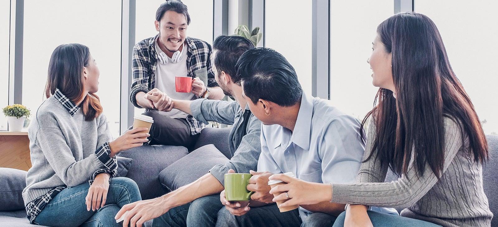 Để kết nối với bạn bè và người xung quanh